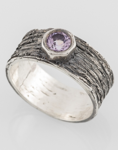 Ring bark with amethyst...